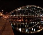 Obrázek - Osvětlený most přes řeku