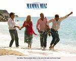 Obrázek - Hlavní představitelé filmu Mamma Mia procházející se po pláži