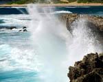 Obrázek - Vlny rozbíjející se o útesy