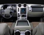 Obrázek - Pohled na palubní desku vozu Hummer H2
