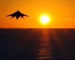 Obrázek - Přistání stíhače na letadlovou loď při západu slunce
