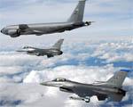 Obrázek - KC-135 Stratotankér a stíhače F-16 v průletu