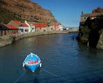 Obrázek - Nenápadná zátoka s loďkou uprostřed