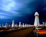 Obrázek - Plážové slunečníky na černé pláži