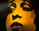Obrázek - Obličej ženy vytvořený přes šablonu sprejem