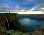 Obrázek - Romantický výhled na vodopád a jezero