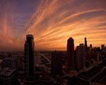 Město zahalené západem slunce