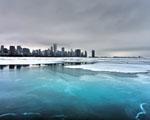 Obrázek - Zmrzlé jezero u města