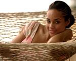 Obrázek - Alicia Keys v proutěném křesle