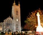 Obrázek - Osvícený kostel na hřbitově