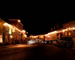 Obrázek - Vánočně osvícená ulice městečka