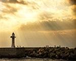 Obrázek - Východem slunce osvícený maják