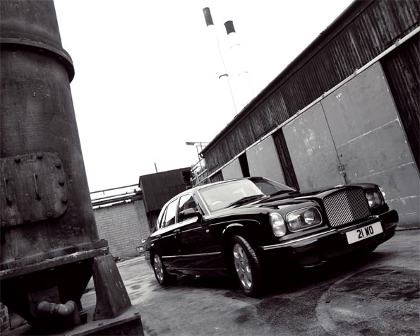 Volba: tapeta v rozlišení 1280 x 1024 - Bentley mezi skladišti