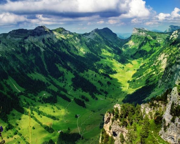 Obrázek na plochu v rozlišení 1280 x 1024 - Překrásné údolí ve Švýcarsku