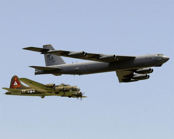 Volba: tapeta v rozlišení 1280 x 1024 - Bombardéry B-17G a B-52H průlet v tandemu