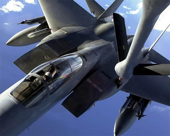 Volba: tapeta v rozlišení 1280 x 1024 - Stíhačka F-15 tankující za letu