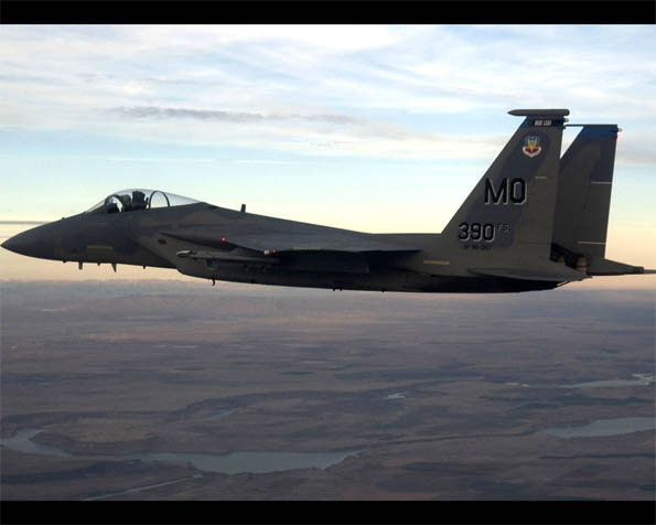 Obrázek na plochu v rozlišení 1280 x 1024 - Stíhací letoun F-15 Eagle boční pohled