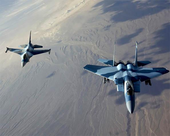 Volba: tapeta v rozlišení 1280 x 1024 - Stíhače F-15 Eagle a F-16 Falcon průlet v tandemu