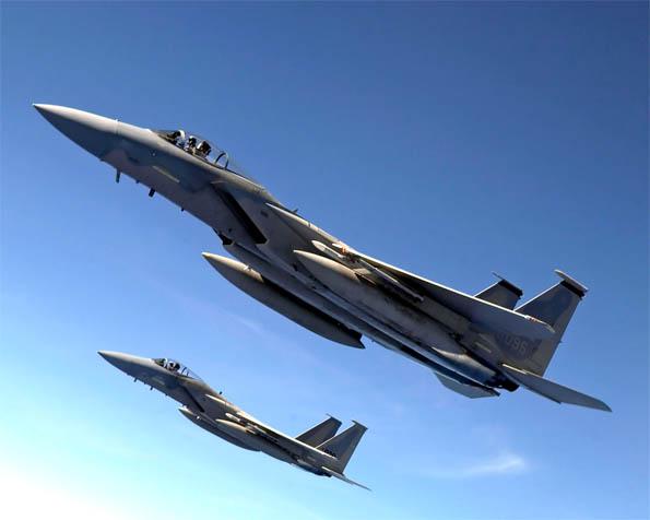 Volba: tapeta v rozlišení 1280 x 1024 - Stíhací letadla F-15 Eagles detailní průlet