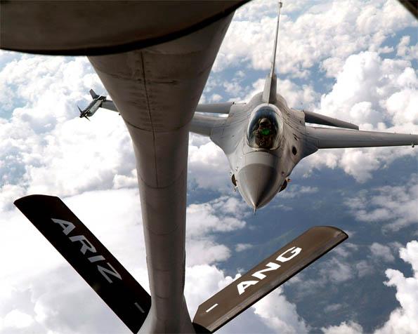 Obrázek na plochu v rozlišení 1280 x 1024 - Letoun F-16 tankující za letu