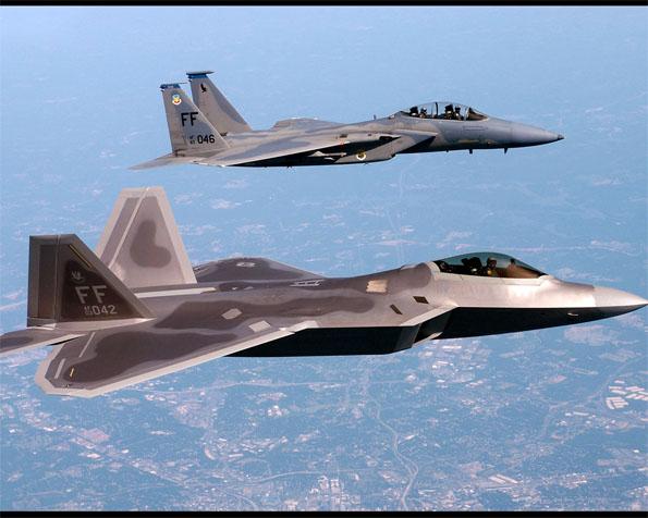 Obrázek na plochu v rozlišení 1280 x 1024 - Stíhače F-22A Raptor a F-16 v detailním průletu