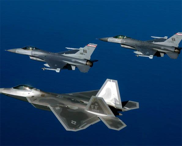 Obrázek na plochu v rozlišení 1280 x 1024 - Stíhačky F-22A Raptor a F-16 ve formaci