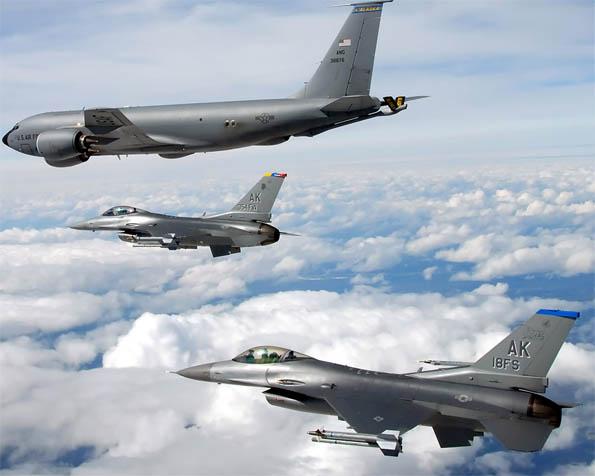 Obrázek na plochu v rozlišení 1280 x 1024 - KC-135 Stratotankér a stíhače F-16 v průletu