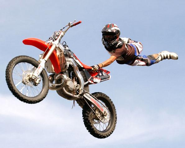 Obrázek na plochu v rozlišení 1280 x 1024 - Akrobatický skok na motorce