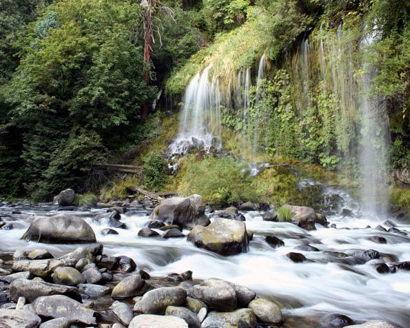 Obrázek na plochu v rozlišení 1280 x 1024 - Klidná horská řeka