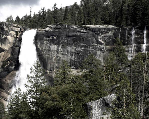 Volba: tapeta v rozlišení 1280 x 1024 - Skalní vodopády