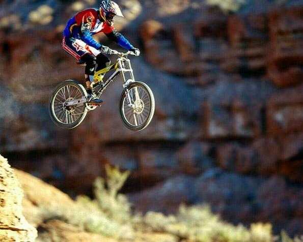 Obrázek na plochu v rozlišení 1280 x 1024 - Extrémní sjezd na horském kole