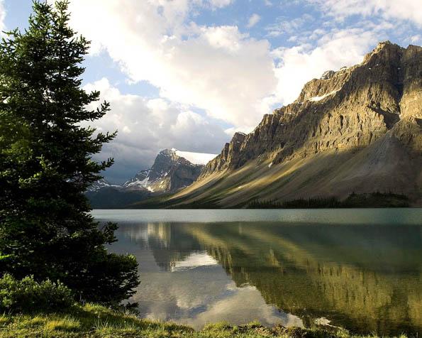 Obrázek na plochu v rozlišení 1280 x 1024 - Klidná hladina alpského jezera