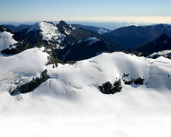 Obrázek na plochu v rozlišení 1280 x 1024 - Zasněžené kopce hor