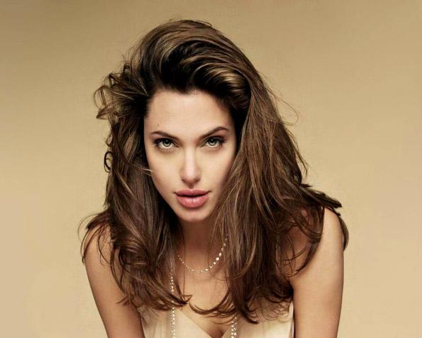 Obrázek na plochu v rozlišení 1280 x 1024 - Angelina Jolie ve filmu Salt