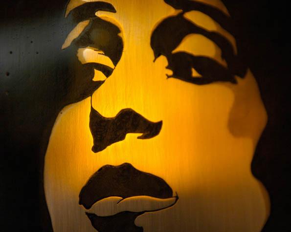 Obrázek na plochu v rozlišení 1280 x 1024 - Obličej ženy vytvořený přes šablonu sprejem