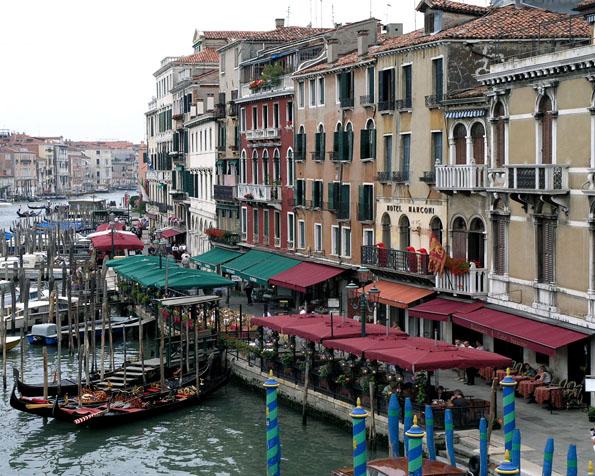 Volba: tapeta v rozlišení 1280 x 1024 - Ulička v italských Benátkách