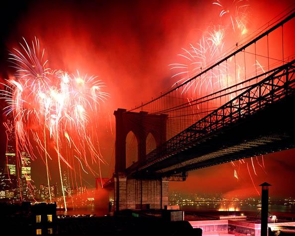 Obrázek na plochu v rozlišení 1280 x 1024 - Brooklynský most zahalený ohňostrojem