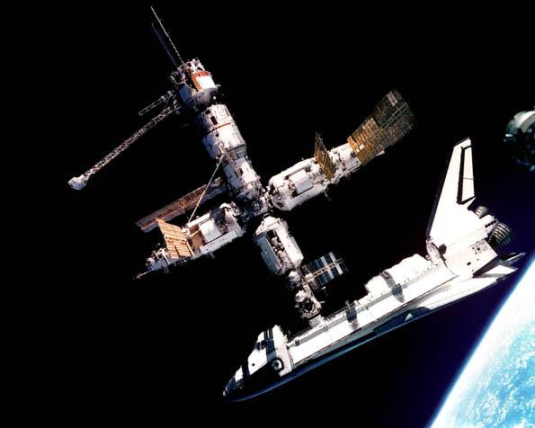 Obrázek na plochu v rozlišení 1280 x 1024 - Vesmírná stanice s Atlantis
