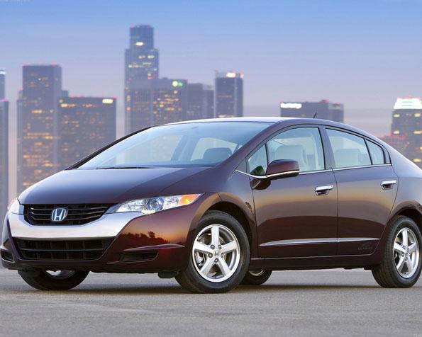 Obrázek na plochu v rozlišení 1280 x 1024 - Honda FCX Clarity před městem