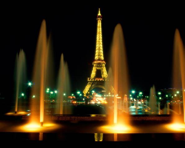 Obrázek na plochu v rozlišení 1280 x 1024 - Eifelova věž zahalená vodotryskem