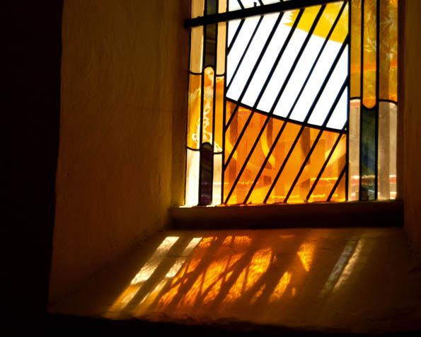 Volba: tapeta v rozlišení 1280 x 1024 - Okno se zlatou vytráží