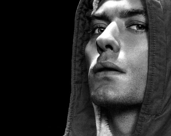 Obrázek na plochu v rozlišení 1280 x 1024 - Jude Law v kapuci