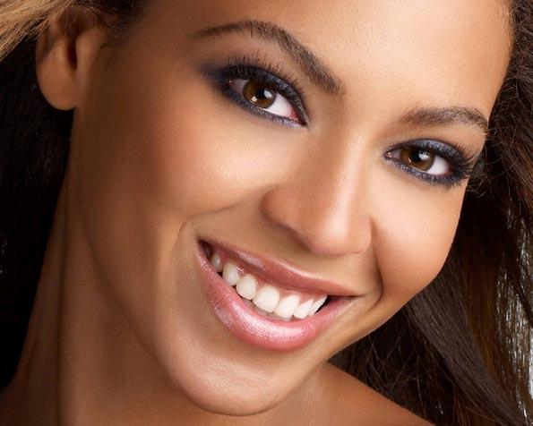 Volba: tapeta v rozlišení 1280 x 1024 - Usměvavá Beyonce