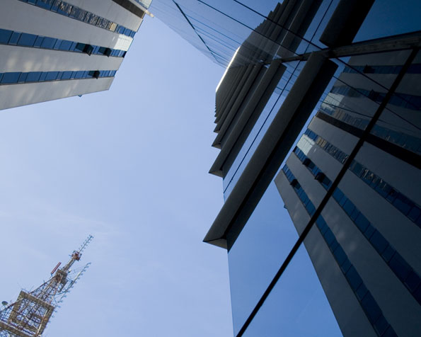 Obrázek na plochu v rozlišení 1280 x 1024 - Pohled do nebe při východu z úvěrové banky