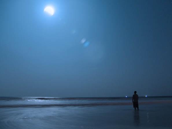 Obrázek na plochu v rozlišení 1280 x 1024 - Noční chodec