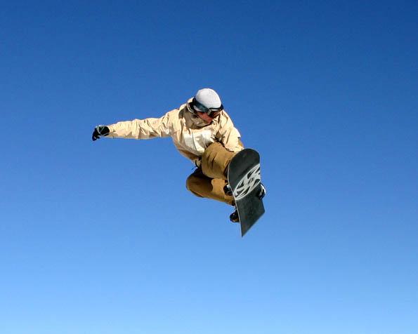 Obrázek na plochu v rozlišení 1280 x 1024 - Snowboarding air
